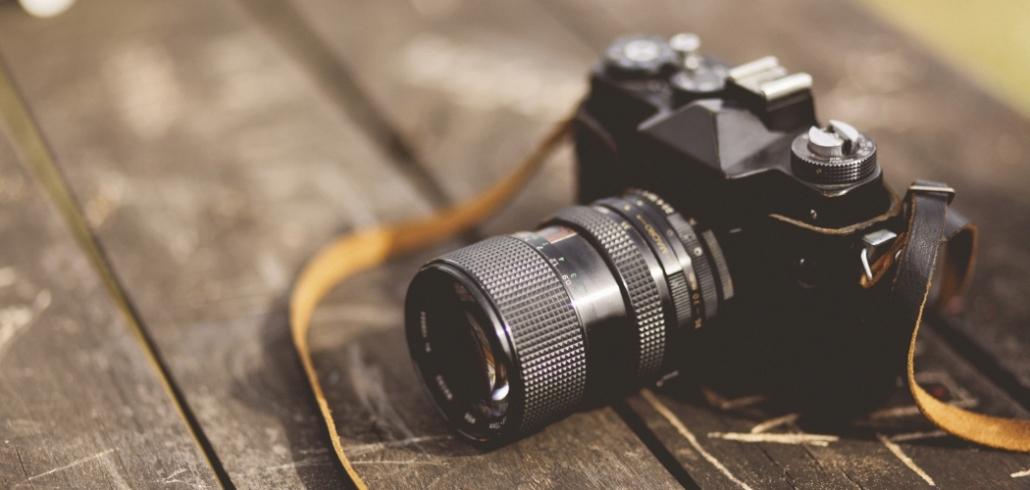 analoge Kamera auf einem Holztisch