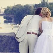 Glückliches Hochzeitspaar startet eine gemeinsame Zukunft