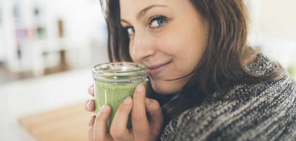 Frau riecht an Superfood-Pesto