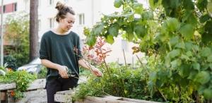 junge Frau bei Urban Gardening