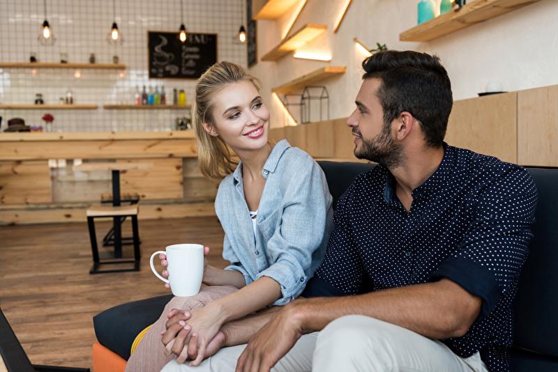 Lächelndes Paar plant die gemeinsame Zukunft