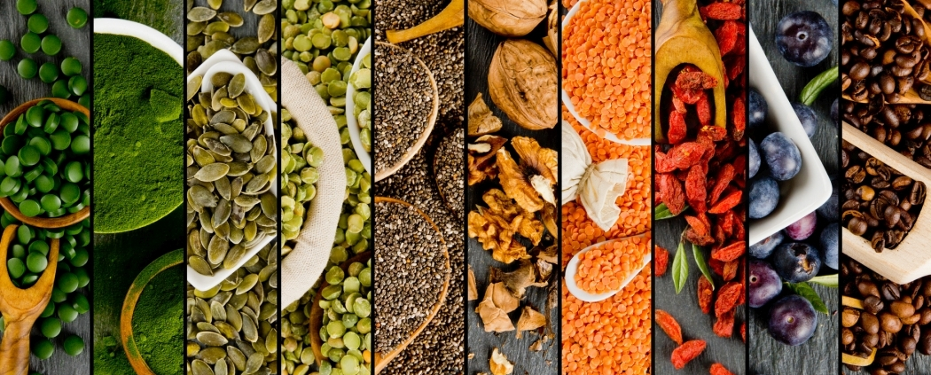 verschiedene Superfoods nebeneinander