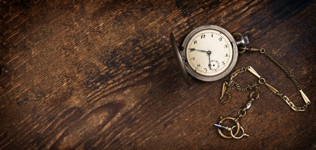 Vintage-Taschenuhr auf Holztisch